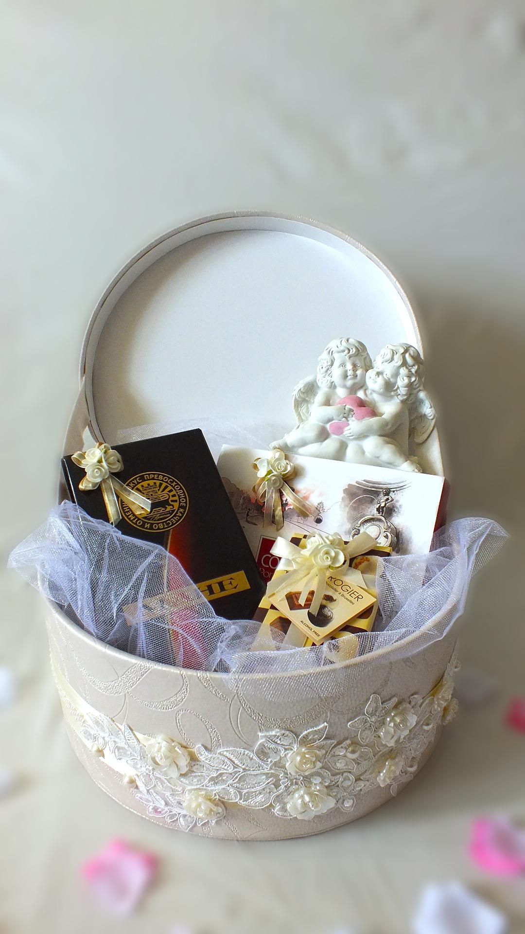 Свадебная корзина с подарками 12